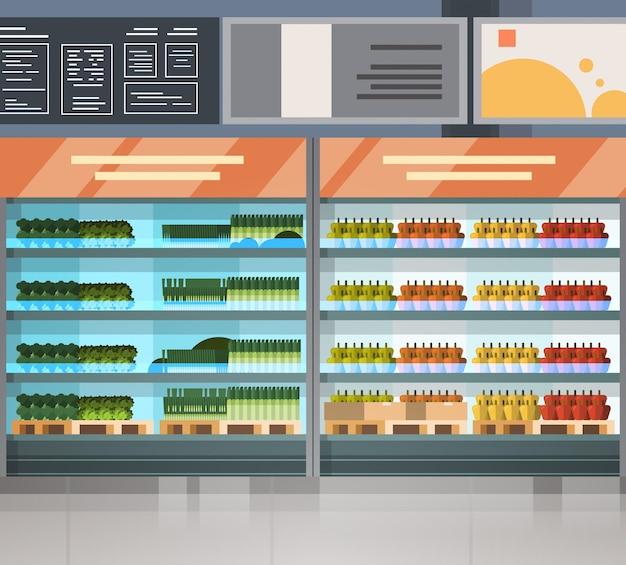 Fila della drogheria con i prodotti freschi sugli scaffali interno moderno del supermercato Vettore Premium