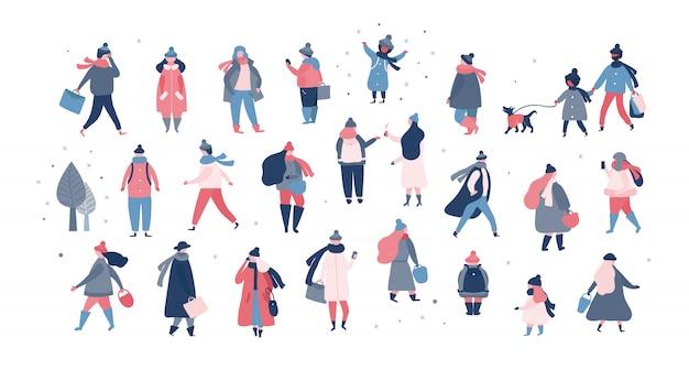 Folla di persone in abiti invernali caldi camminando sulla strada, andando a lavorare, parlando al telefono. donne uomini bambini in tuta sportiva che svolgono attività all'aperto. illustrazione vettoriale in stile piatto Vettore gratuito