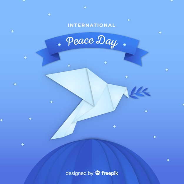 Fondo di giorno di pace di origami con la colomba Vettore gratuito