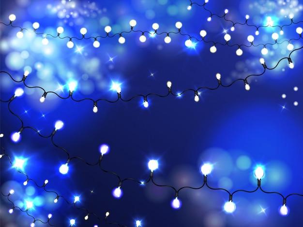 Fondo luminoso della ghirlanda di illuminazione di festa con le lampadine accese e brillanti su corda Vettore gratuito