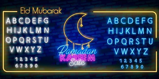 Fonte di alfabeto al neon e vettore dell'insegna al neon di vendita del ramadan. Vettore Premium
