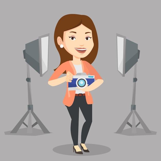 Fotografo con la macchina fotografica nello studio fotografico. Vettore Premium