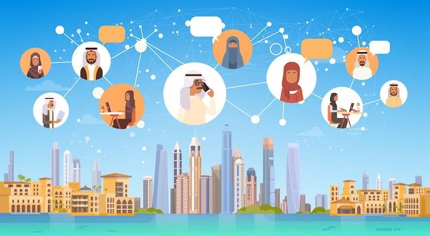 Gente araba che ha rete sociale di comunicazione di media di chiacchierata del collegamento sopra il fondo della città Vettore Premium