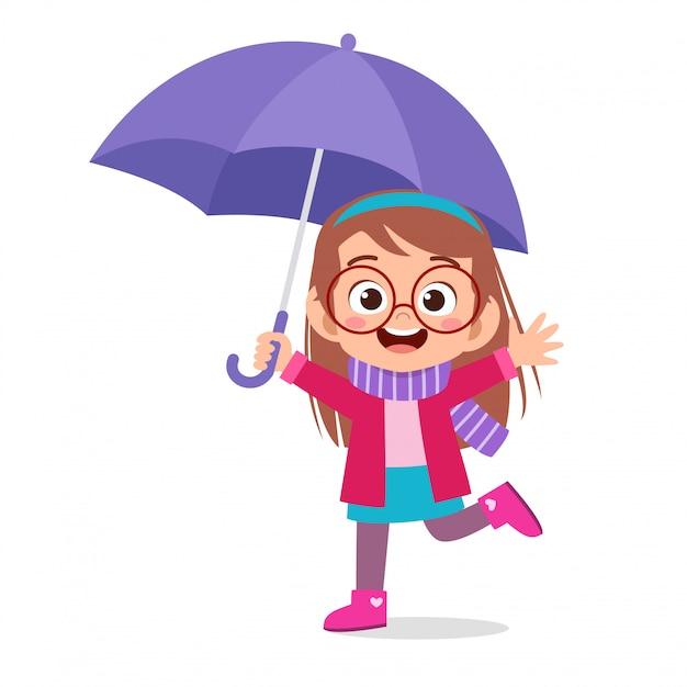 Giorno sveglio della pioggia dell'ombrello di uso del bambino sveglio felice Vettore Premium