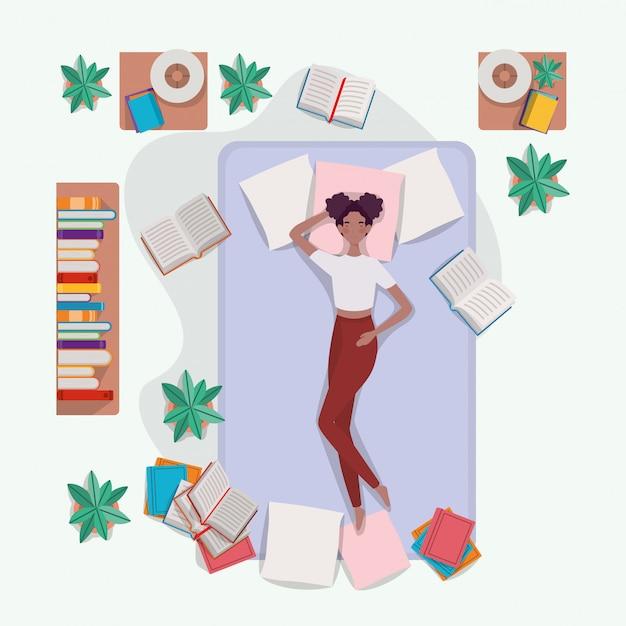 Giovane donna afro rilassante nel materasso in camera da letto Vettore gratuito