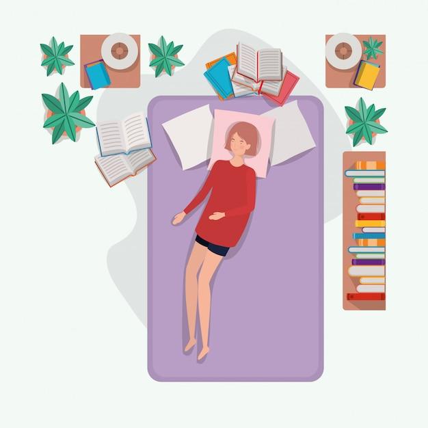 Giovane donna che si distende nel materasso in camera da letto Vettore gratuito