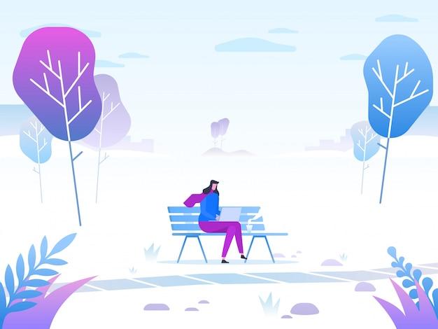 Giovane donna che si siede nel parco sul banco e che lavora con il computer portatile. Vettore Premium