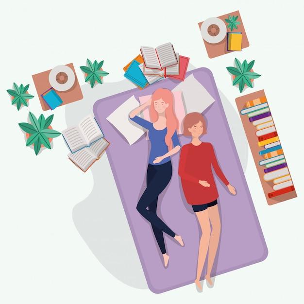 Giovani donne che si rilassano nel materasso in camera da letto Vettore gratuito