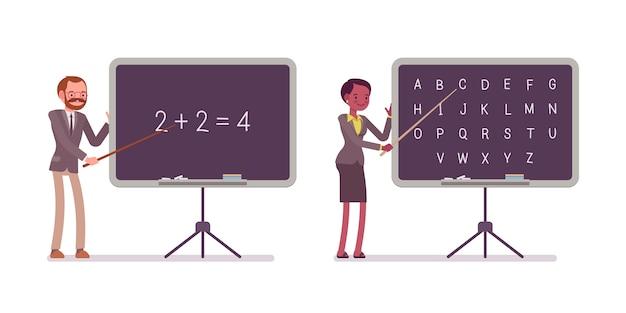 Gli insegnanti insegnano matematica e alfabeto alla lavagna Vettore Premium