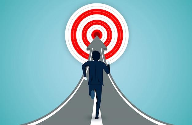 Gli uomini d'affari stanno correndo sulla freccia verso l'obiettivo del cerchio rosso Vettore Premium