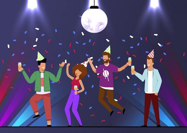 Gli uomini e la donna felici celebrano la festa nel night-club Vettore Premium