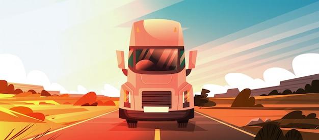 Grande rimorchio del camion dei semi che guida sulla strada di coutryside sopra il paesaggio di tramonto Vettore Premium