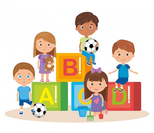 Gruppo di bambini che giocano con i blocchi Vettore gratuito