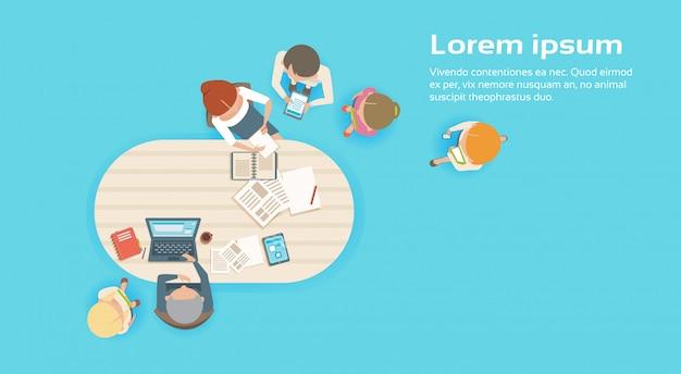 Gruppo di gente di affari che lavora insieme squadra creativo brainstorming top angle view Vettore Premium