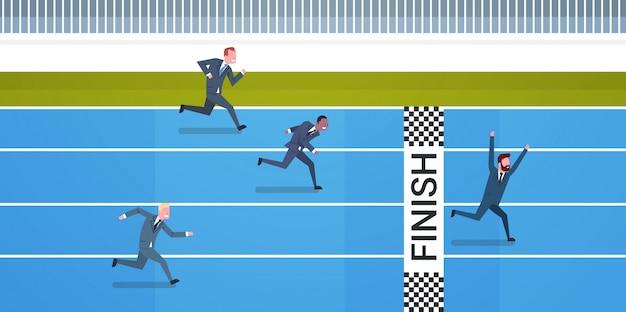 Gruppo di gente di affari che si dirige verso l'arrivo direzione e concetto della concorrenza Vettore Premium
