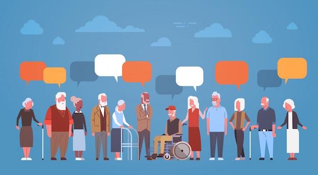 Gruppo di gente senior con la bolla di chiacchierata nonno e nonna integrale Vettore Premium