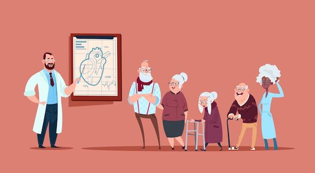 Gruppo di gente senior su consultazione con medico, pensionati nel concetto di sanità dell'ospedale Vettore Premium