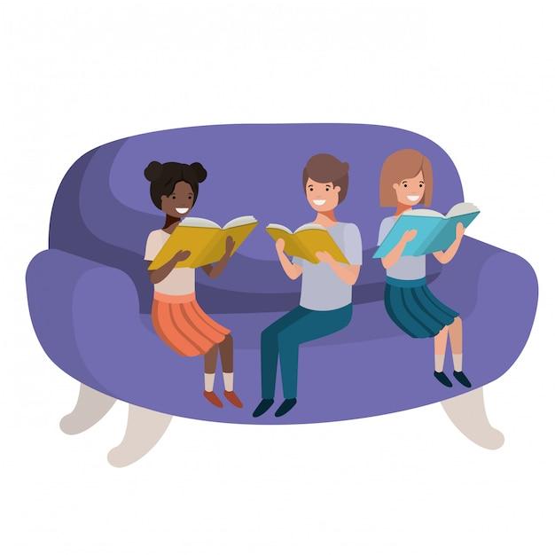 Gruppo di persone sedute nel divano con il personaggio di avatar di libro Vettore Premium
