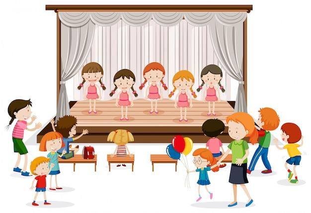 Gruppo di spettacolo ragazza sul palco Vettore gratuito