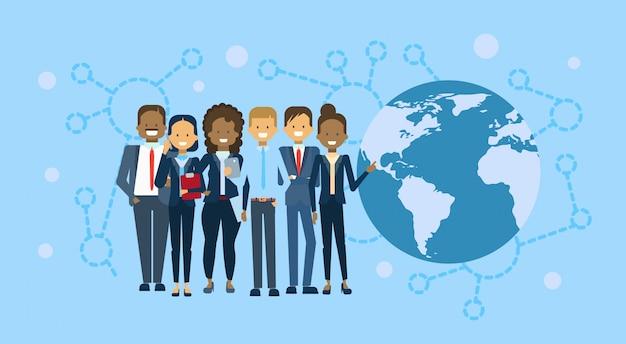 Gruppo vario di persone di affari sopra il globo della mappa di mondo Vettore Premium