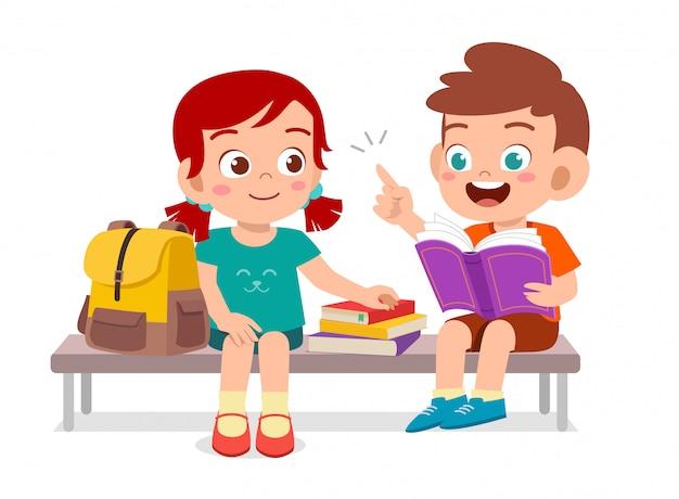 Happy bambini svegli di leggere il libro insieme Vettore Premium