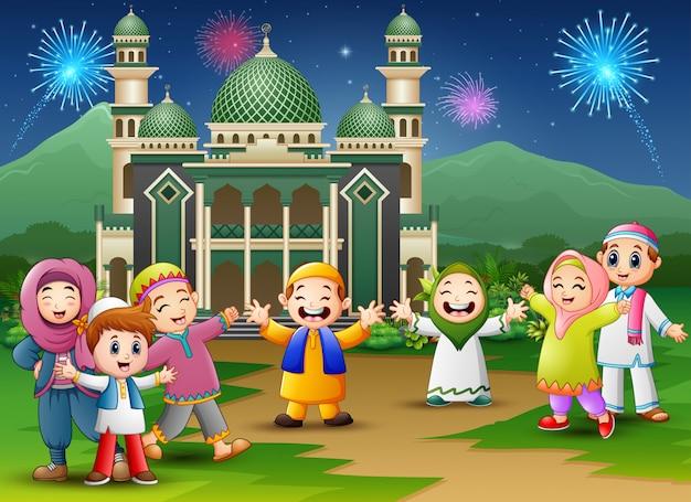 I bambini felici festeggiano per eid mubarak con la moschea Vettore Premium