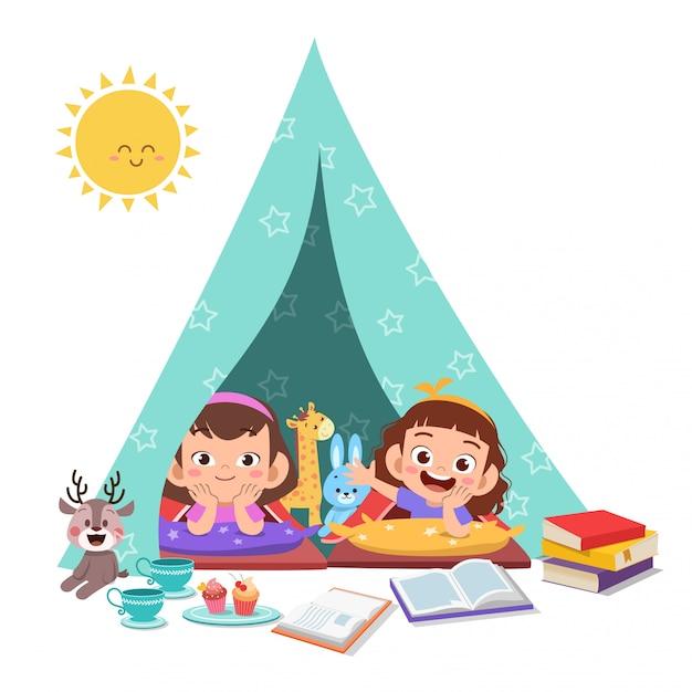 I bambini giocano sull'illustrazione della tenda Vettore Premium