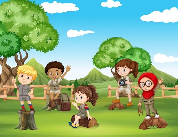 I bambini si divertono nel campo Vettore gratuito