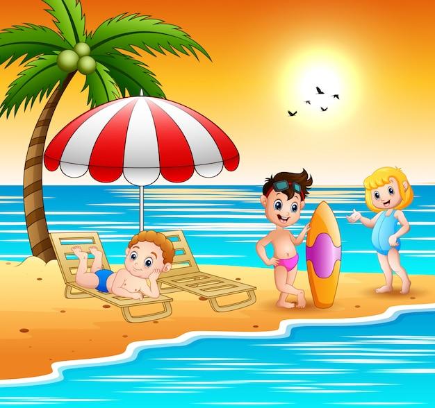 I bambini si godono una vacanza estiva in spiaggia Vettore Premium