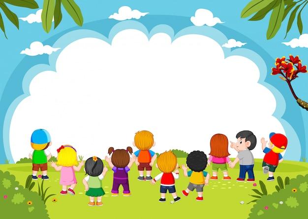 I bambini stanno giocando insieme con lo sfondo bianco e la buona visione Vettore Premium