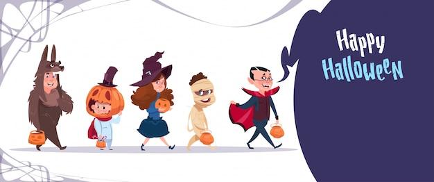 I bambini svegli indossano il costume dei mostri, concetto felice di celebrazione del partito dell'insegna di halloween Vettore Premium