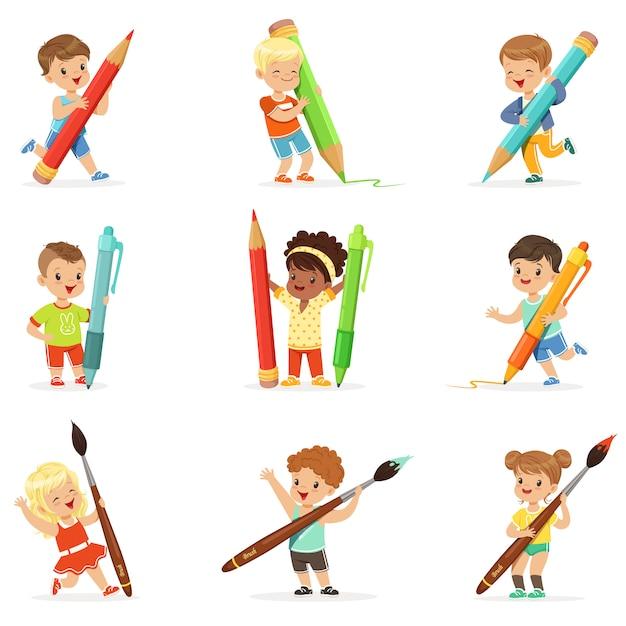 I giovani ragazzi e ragazze sorridenti che tengono le grandi matite, penne e pennelli, hanno messo per. cartone animato dettagliate illustrazioni colorate Vettore Premium