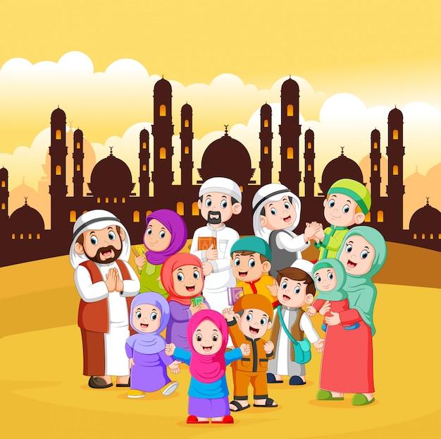 I musulmani si stanno radunando in città con il cielo giallo Vettore Premium