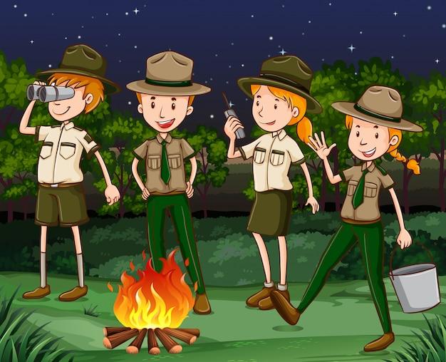 I ranger del parco lavorano di notte Vettore gratuito