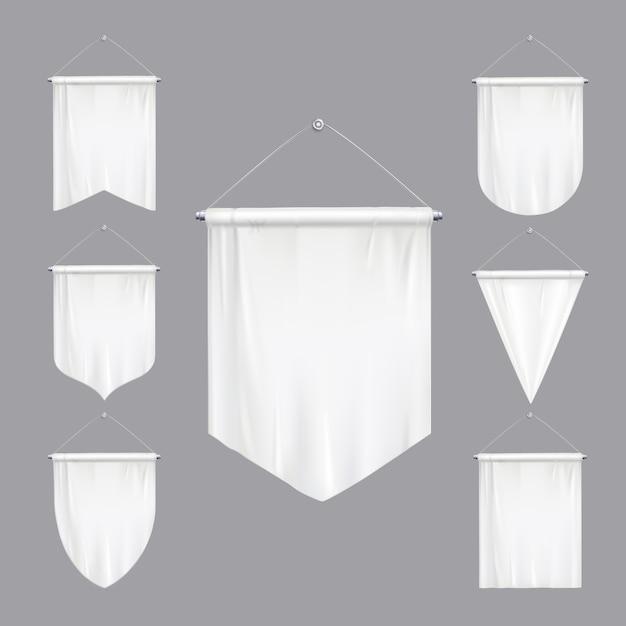 Il bianco in bianco deride sulle bandiere del triangolo degli stendardi varie forme che affusolano l'insieme realistico dell'insegna d'attaccatura ha isolato l'illustrazione Vettore gratuito