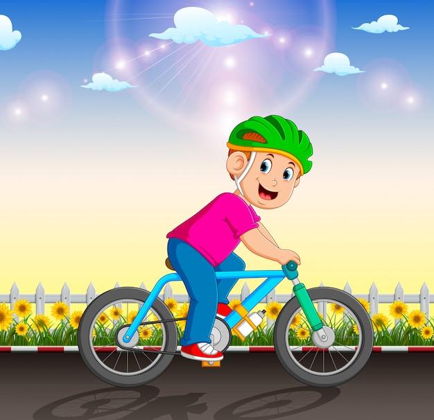 Il ciclista professionista è in sella alla bicicletta in giardino Vettore Premium