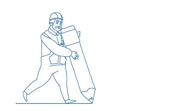 Il costruttore maschio tiene la grande matita che crea il nuovo architetto del modello che indossa l'illustrazione uniforme di vettore di scarabocchio di schizzo del muratore del casco Vettore Premium