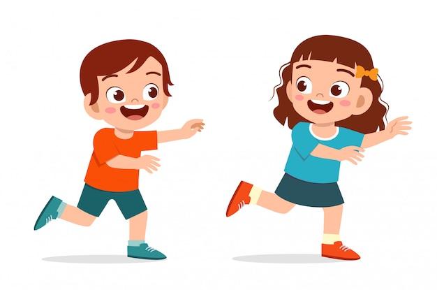Il gioco sveglio del ragazzo e della ragazza del bambino sveglio felice esegue l'etichetta Vettore Premium