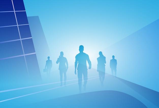 Il gruppo di gente di affari della siluetta della gente di affari fa un passo avanti sopra fondo astratto Vettore Premium