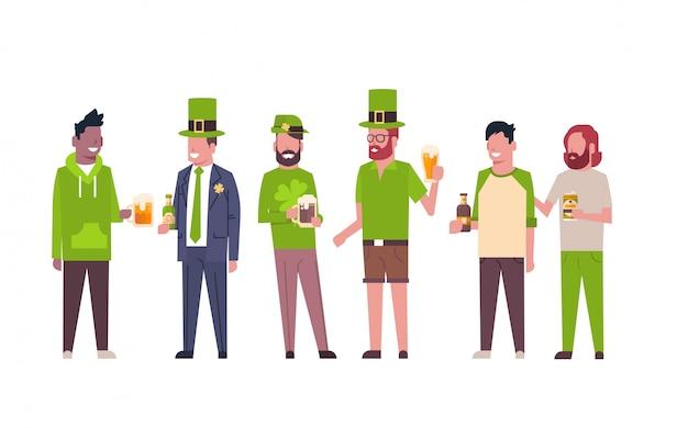 Il gruppo di uomini della corsa della miscela in vestiti verdi beve la birra che celebra il giorno di st patrick felice isolato Vettore Premium