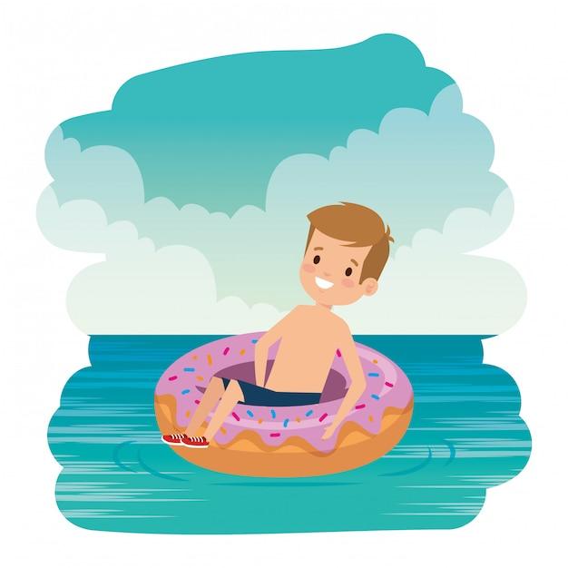 Il ragazzino sveglio con il costume da bagno e la ciambella galleggiano sul mare Vettore Premium