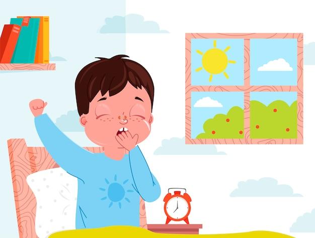 Il ragazzo del piccolo bambino sveglia di mattina interno della camera da letto per bambini. finestra con giornata di sole. Vettore gratuito