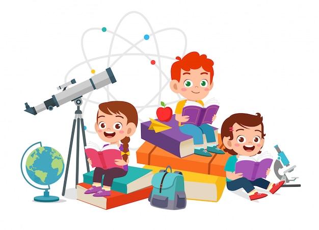Il ragazzo e la ragazza svegli felici dei bambini hanno letto insieme il libro Vettore Premium