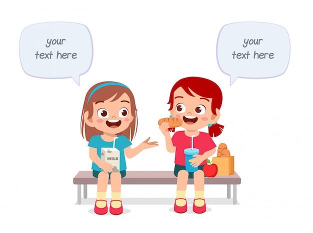 Il ragazzo e la ragazza svegli felici dei bambini mangiano insieme Vettore Premium