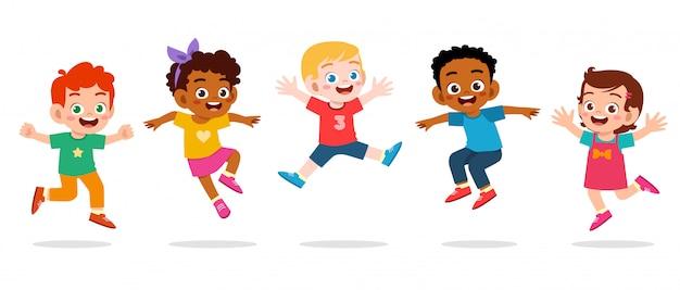 Il ragazzo e la ragazza svegli felici dei bambini saltano Vettore Premium