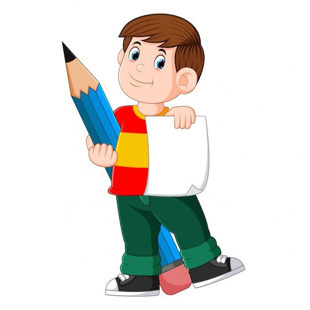 Il ragazzo intelligente tiene in mano la carta e la grande matita Vettore Premium
