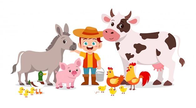 Il ragazzo sveglio felice del bambino vive in fattoria con l'animale Vettore Premium
