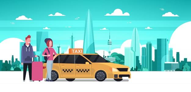 Il servizio di taxi giallo di ordine delle coppie dei passeggeri si siede nel fondo della città della siluetta della carrozza di automobile sopra Vettore Premium