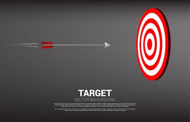 Il tiro con l'arco della freccia si sposta direttamente per colpire il centro del bersaglio Vettore Premium