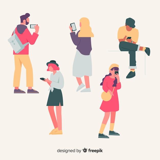 Illustrazione con persone che tengono gli smartphone Vettore gratuito